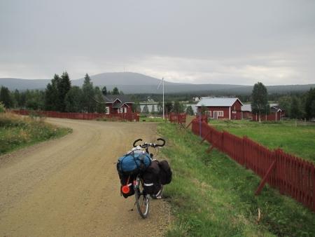akaslompolo-red-houses-with-yllastunturi-in-the-background-jpg